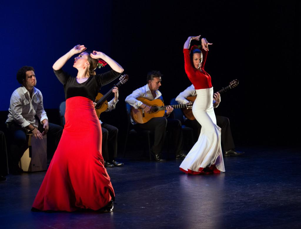 © Yolanda Osuna (foreground), Charo Espino (behind) and musicians