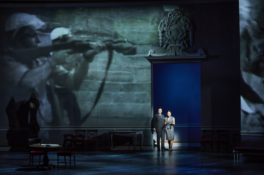 © Brinkhoff Mögenburg, Toby Stephens (Terje Rød-Larsen), Lydia Leonard (Mona Juul), projections by 59 Productions